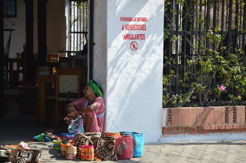 Mujer wayuu venta ambulante colombia