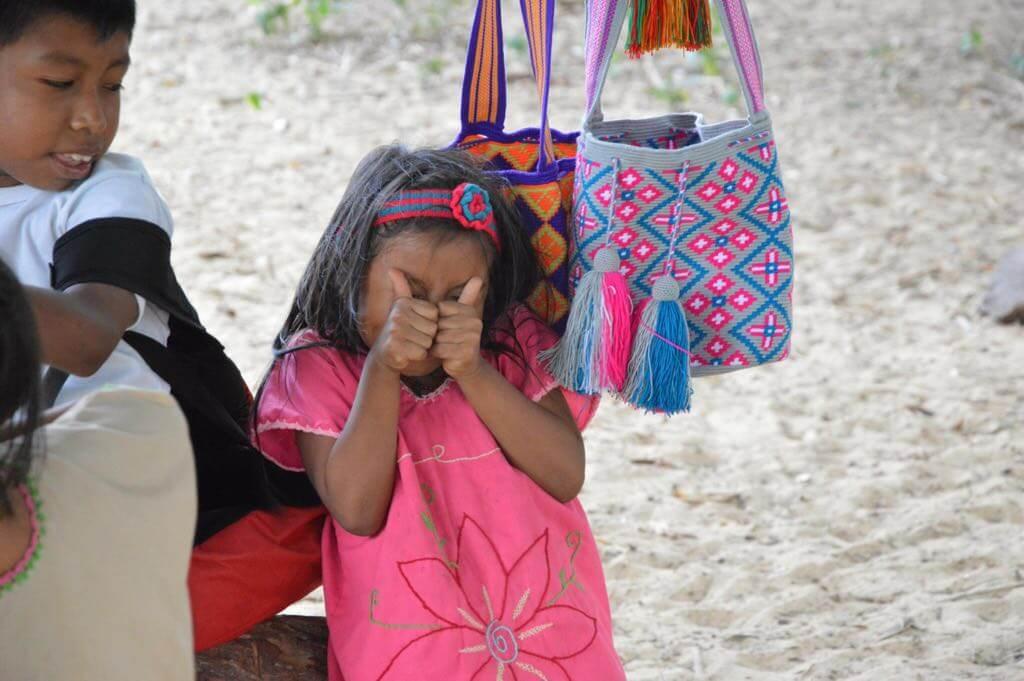 niña wayuu colombia bolsos