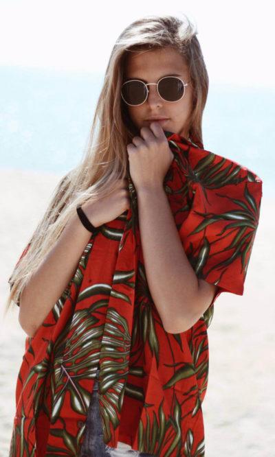 mujer camisa hawaiana roja