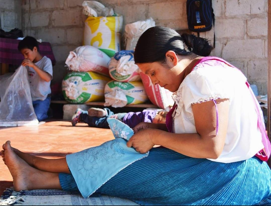 Artesana tejiendo bolso en mexico